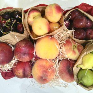 cesta de fruta de verano: cerezas, nectarinas, albaricoques, melocotones, ciruelas y peras