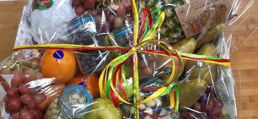 cesta frutas y frutos secos con chocolate